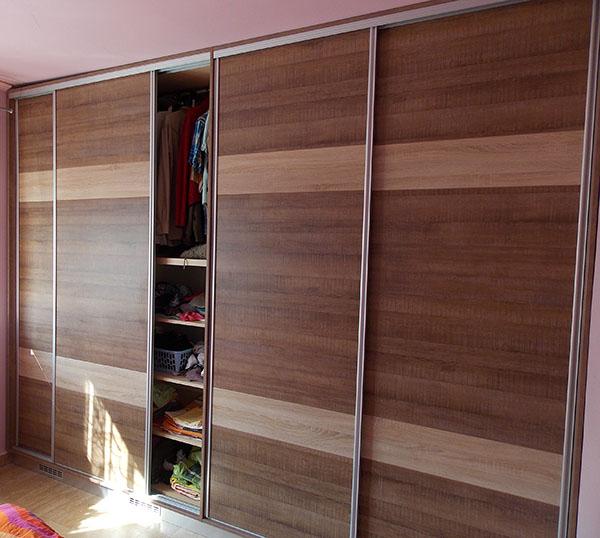 Tolóajtós szekrény faltól falig