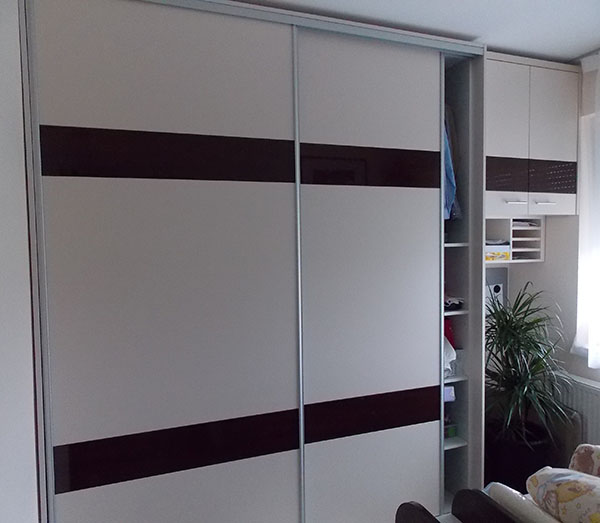 tolóatós beépített szekrény fehér